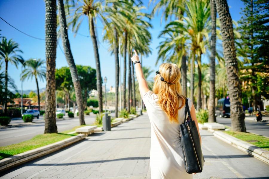 Chica, camino, calle, verano, rubio, ciudad, colorido, hierba, bolso de mano, palmera, gente, una persona, punto, España, el sol, turismo, turista, ciudad, vacaciones, viajar, viaje, mujer, joven, rubia, verano, señalar, indicar,