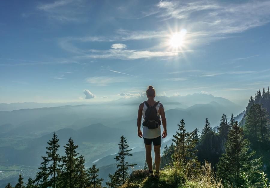 mujer, viaje, vacaciones, una persona, gente, montaña, explorar, exploracion, trekking, dia, verano, naturaleza, paisaje, horizonte, joven, 20 años,