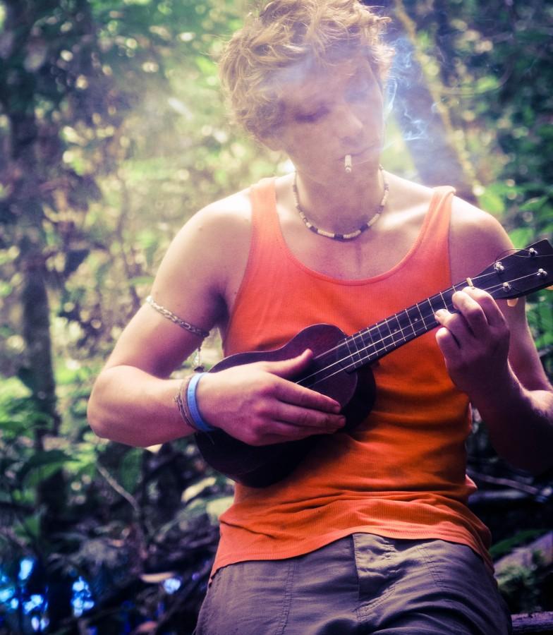 Ed Gregory, musica, Stokpic, Ukalele, bosque, guitarra, selva, hombre, humo, fumar, arbolado,