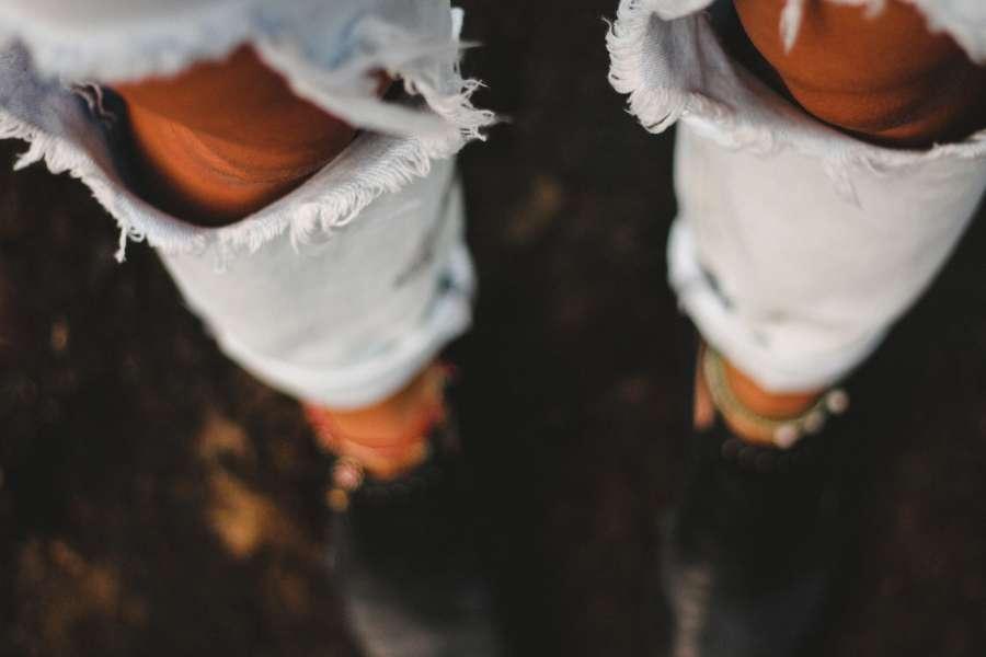 una persona, gente, mujer, rodilla, jean, roto, urbano, moda, pantalon, vestimenta,