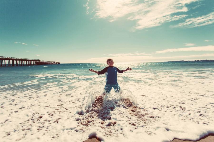 una persona, gente, niño, jugando, jugar, playa, costa, saltar, salto, alegria, niñez, vacaciones, 5 años, salpicar