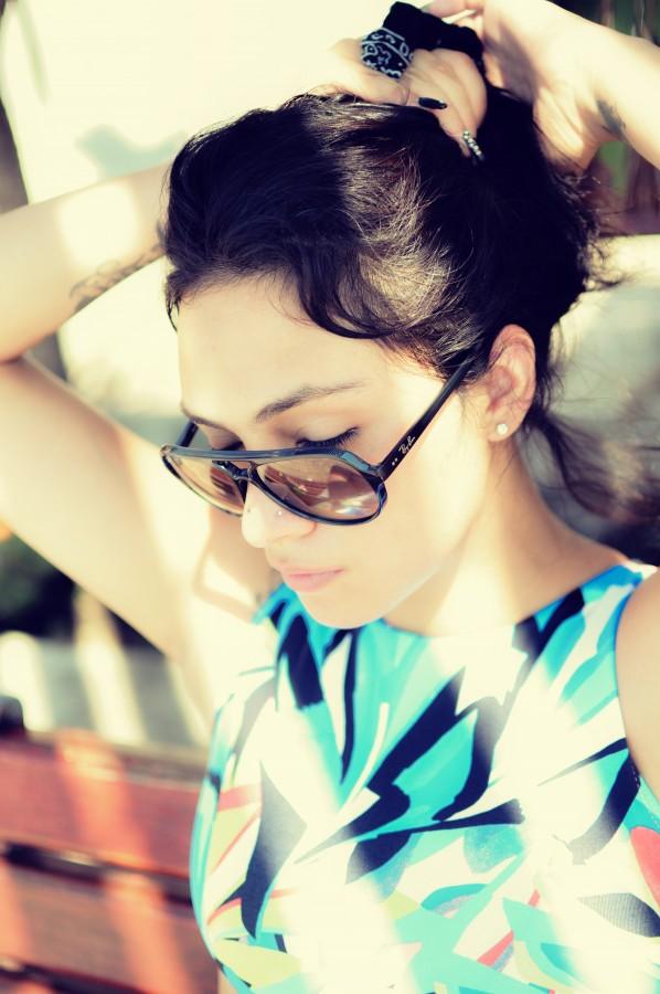 mujer, cabello, pelo, soleado, verano, gafas, gafas de sol, perfil, femenina, joven, 20-25 años, chica, estético, peinado, atandose el pelo, belleza, estilo de vida, persona, una persona