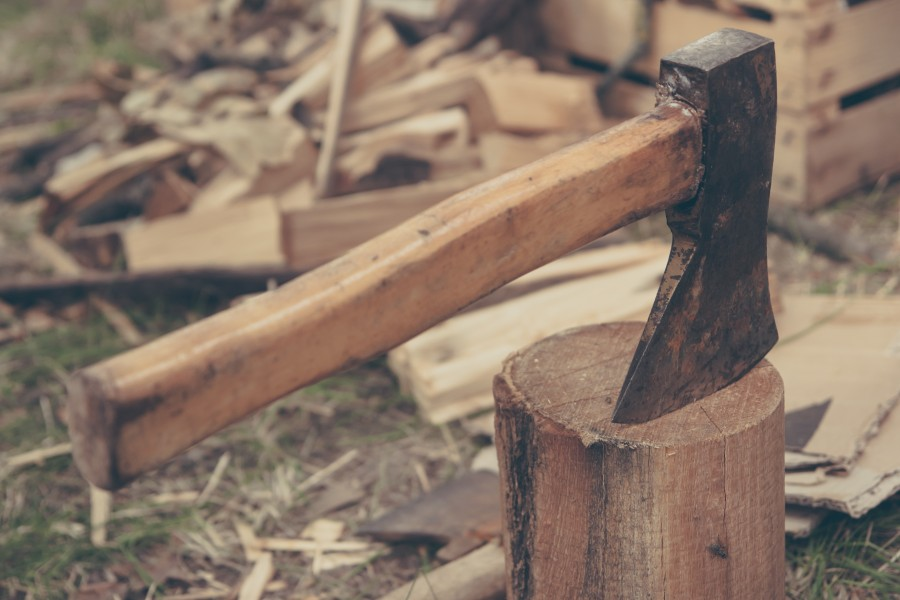 hacha,herramienta,jardin,madera,cortar,trabajo,leñador,primer plano,exterior,tala,talar,arboles,