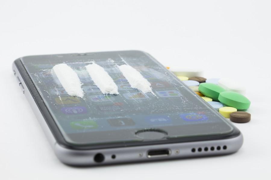 drogas, cocaína, heroína, polvo, tarjeta de crédito, iphone, teléfono, adicción, adicción a las drogas, ayudas, píldoras narcóticas, tabletas