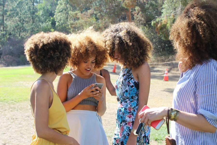 mujer, mujeres, verano, exterior, telefono, celular, mensaje, risa, alegria, rulo, rulos, cabello, moreno, reunion,