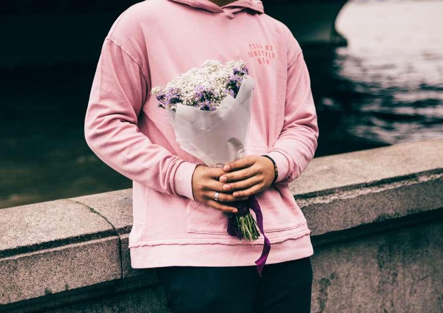 mujer, regalo, amor, flor, flores, ramo, rio, paris, francia, sena, europa, rosa, joven, una persona, gente,
