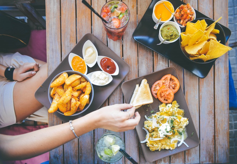Arial, Celebración, Alimento, Mesa, Mujer, desayuno, brunch, cafe, coctel, beber, comer, comida, papas fritas, mano, menu, mexicano, nachos, exterior, restaurante, tomates, restaurant