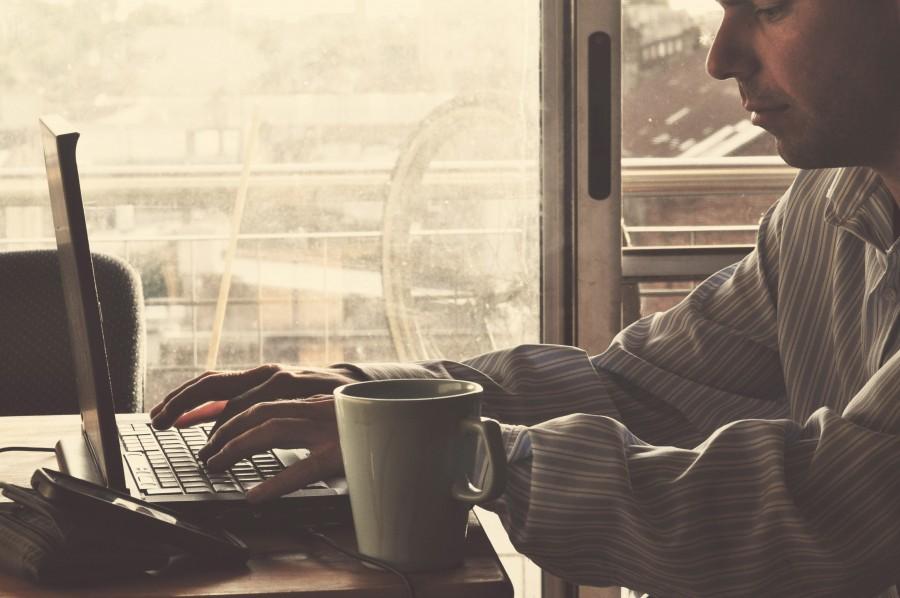 Imagen de hombre trabajando desde la casa foto gratis - Trabajar en casa montando cosas ...