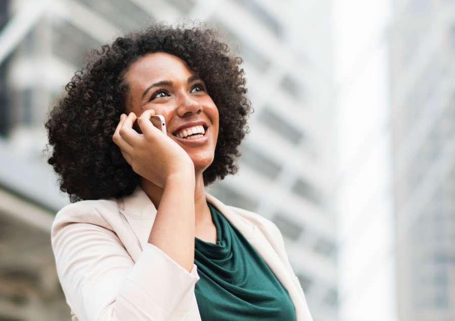 mujer, una persona, adulto, sonrisa, sonriendo, comunicacion, smartphone, telefono, celular, exterior, negocios, trabajo, rostro, alegria, urbano, elegante, rulos,