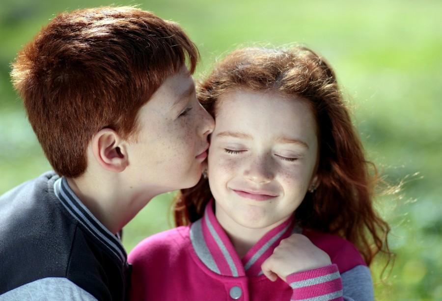hermano, hermana, cabello rojo, pecas, beso, amor, par, sonrisa, retrato , pelirrojos, familia, unión, beso, mejilla, tierno, infantil, niños, ojos cerrados
