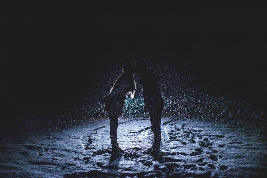 pareja, beso, nieve, fondo negro, nevando, nevar, sombra, amor, dos personas, hombre, mujer,
