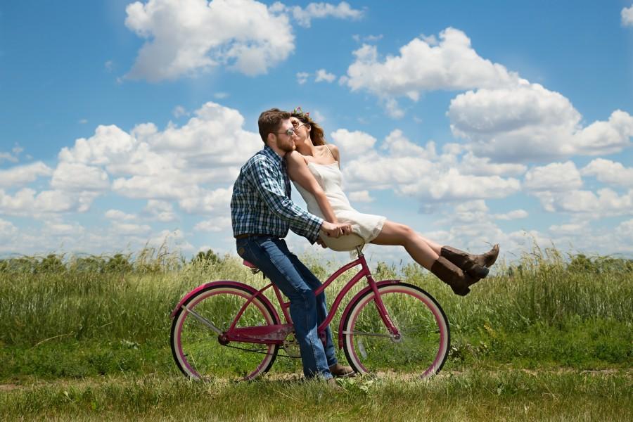 compromiso, pareja, romance, bicicleta, la felicidad, juntos, relación, pareja joven, comprometidos, el amor, feliz pareja de jóvenes, al aire libre, dos , fotos gratis,  imágenes gratis