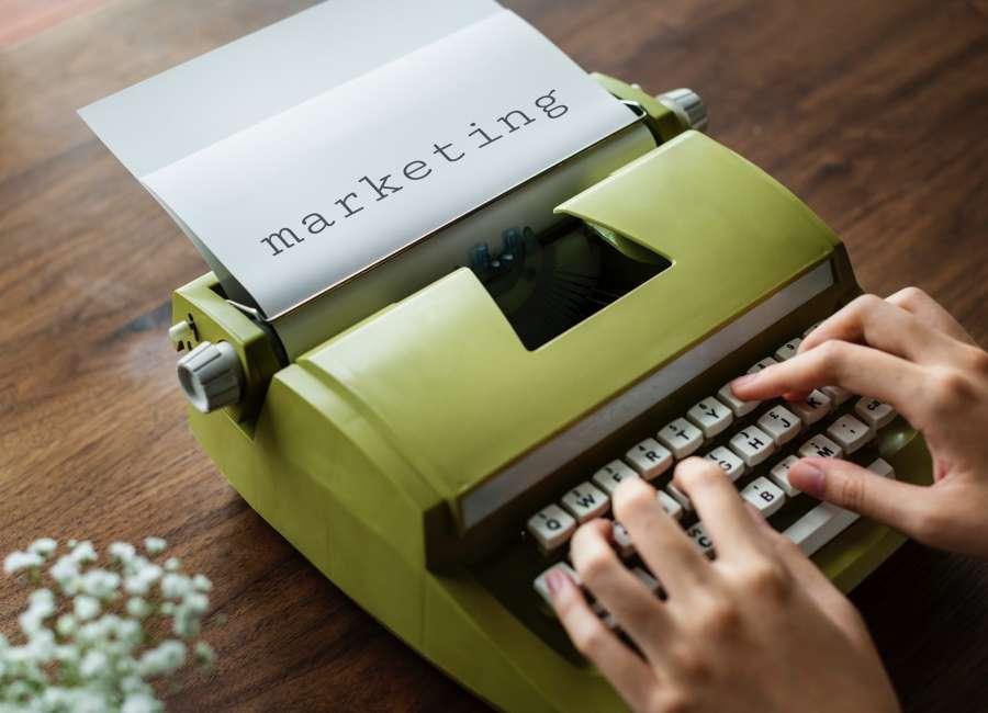 manos, una persona, mujer, escritor, bebida, escritorio, inspiracion, trabajo, redactar, redactor, verde, interior, vintage, antiguo, marketing,