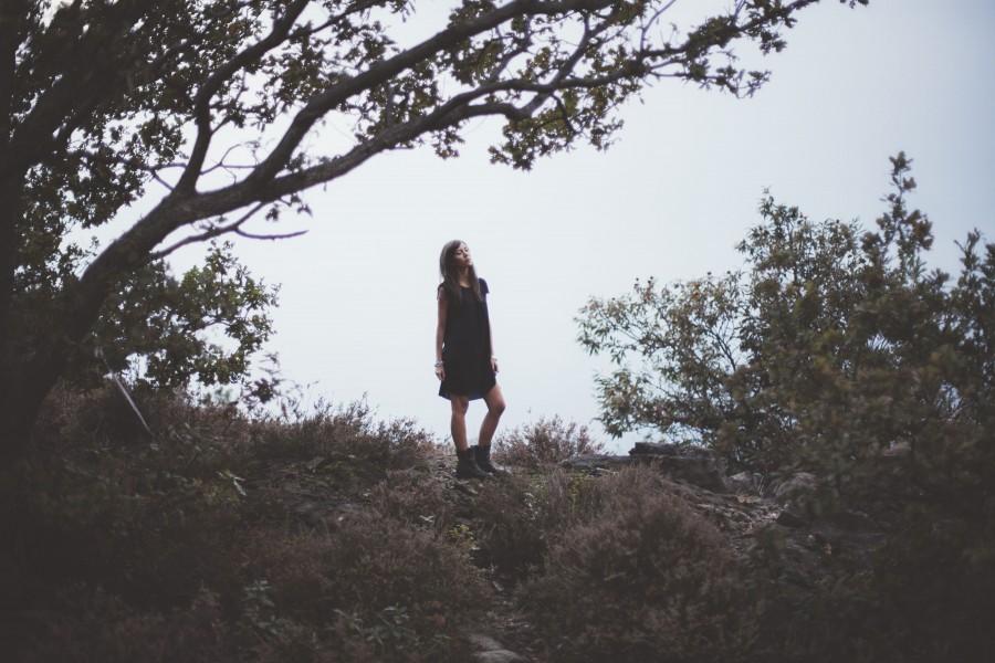 una persona, gente, mujer, joven, moda, exterior, libertad, libre, aire libre, dia, naturaleza, viajar, viaje, vacaciones,