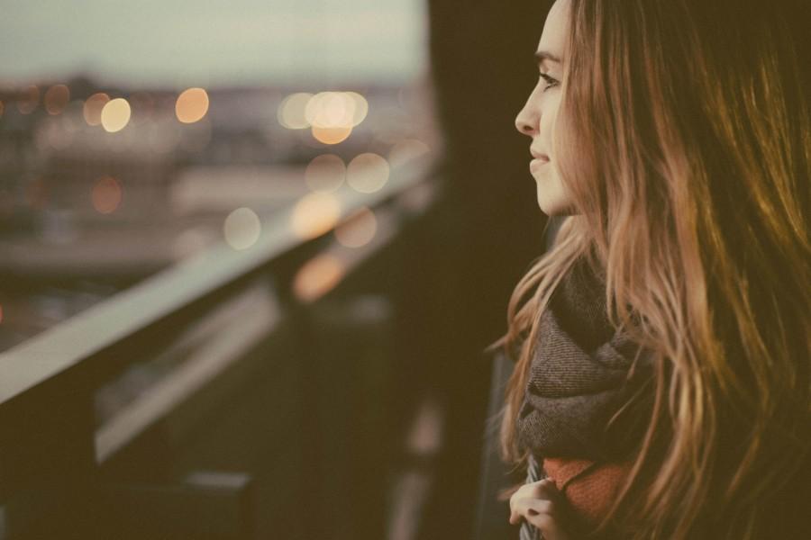 una persona, gente, mujer, joven, mirando, ventana, exterior, reflejo, 20 años, 30 años, mirada,