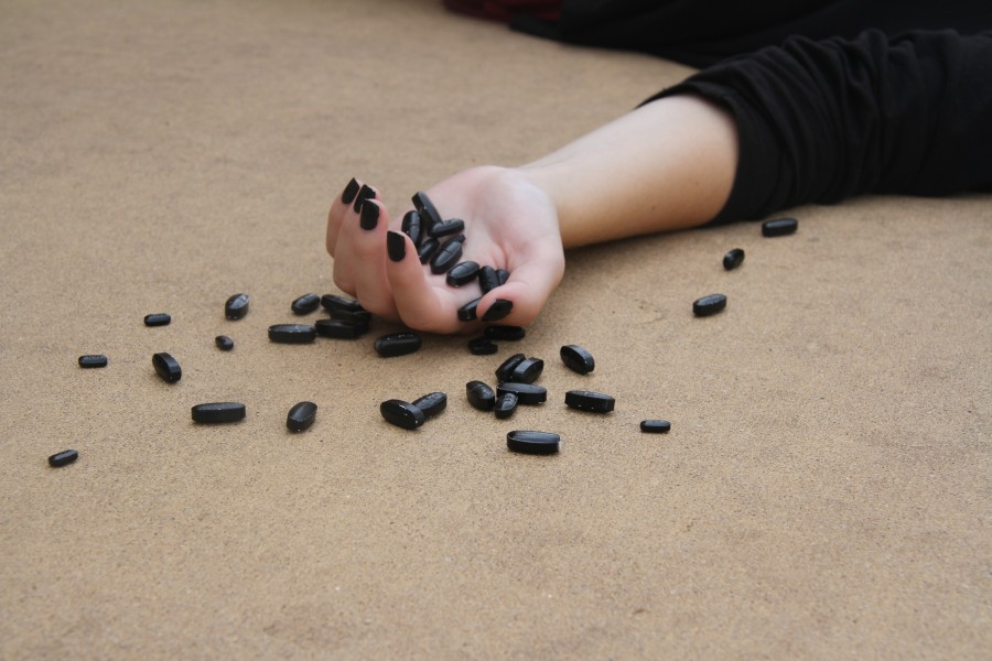 sobredosis, droga,drogas, adiccion, muerte, negro, pastilla, pastillas, pildora, pildoras, mujer, adicto, depresion, depresivo, concepto, una persona, medicamento, medicamentos, ilegal,