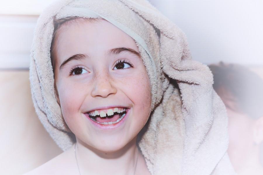 niña, baño, toalla, rostro, alegre, sonrisa, alegria, felicidad, 10 años,