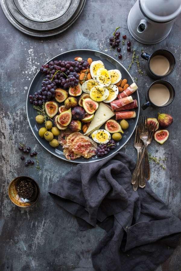 ensalada, plato, comida, higo, higos, uvas, fruta, frutal, queso, aceitunas, huevo, jamon, desayuno, cafe,