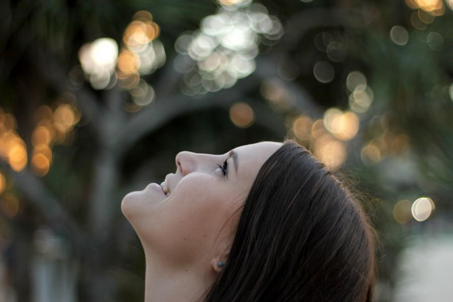 mujer, joven, deseo, concepto, mirando hacia arriba, 20 años, sonrisa, alegria, expectativa, objetivo, caucasico,
