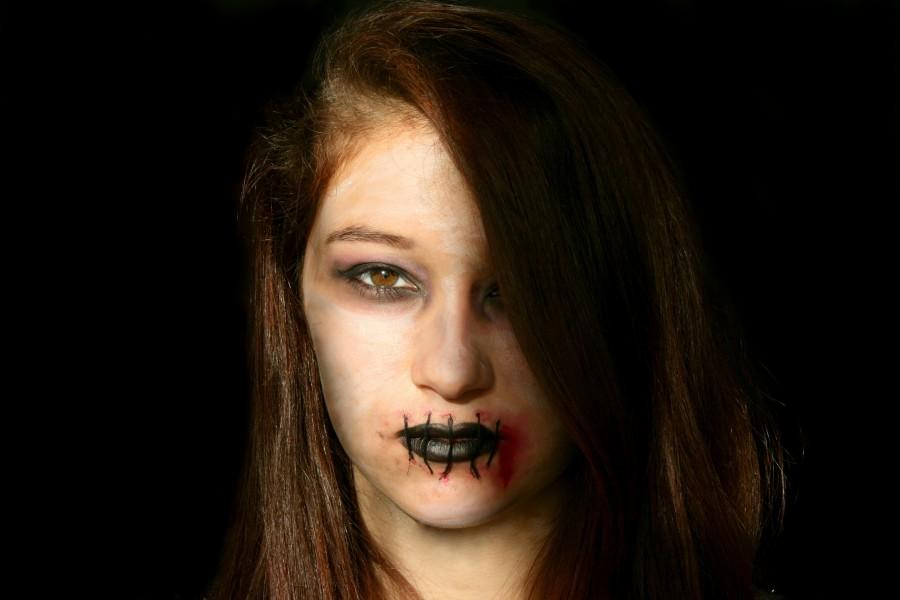 mujer, vista de frente, joven, adolescente, dark, zombie, miedo, mirando a la camara, labios, maquillaje, halloween,