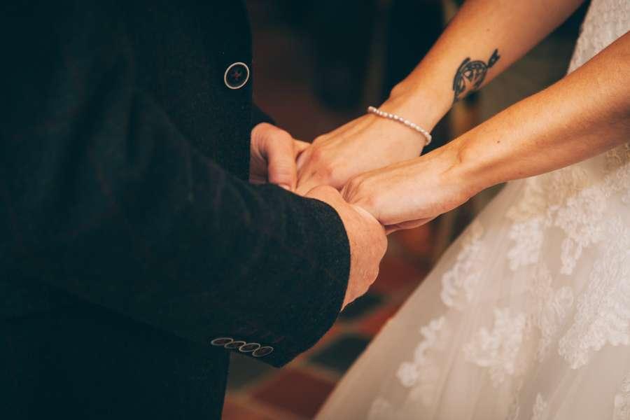amor, casamiento, novios, manos, tomados, traje, vestido, novio, novia,