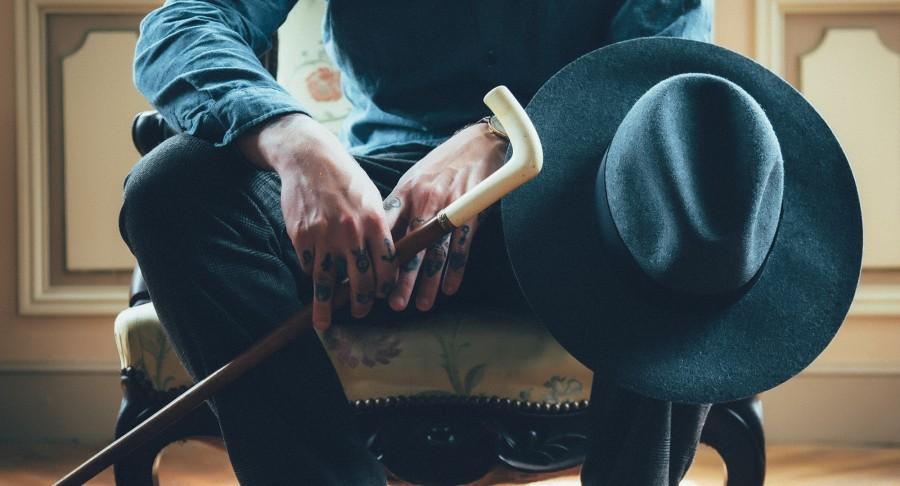 hombre, sesión, caña, antigua, sombrero, blanco, a la espera, personas, manos, tatuajes, silla, asiento, pantalones, camiseta , fotos gratis,  imágenes gratis, elegante
