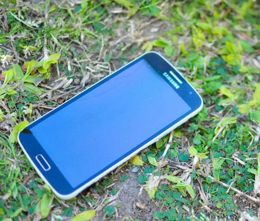 roto, se rompió, rajado, celular, smartphone, movil, tecnologia, samsung, pasto, aire libre
