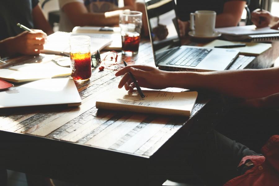 equipo, reunion, negocio, oficina, bloc de notas, la escritura, las bebidas, gente, ordenador portatil, ordenador, notas, puesta en marcha, funcionamiento,