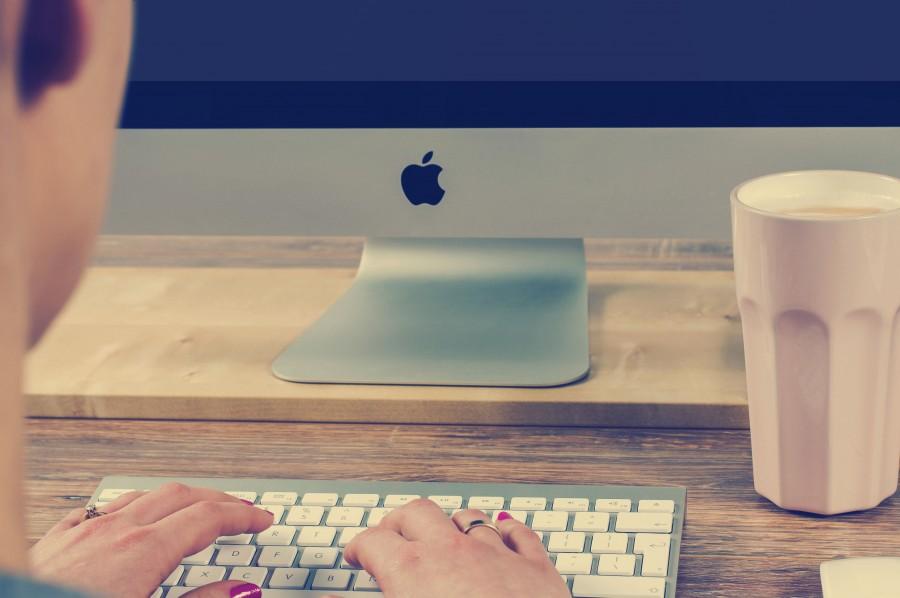una persona, gente, mujer, mac, computadora, tecnologia, trabajo, trabajando, escritorio, oficina, moderno, concepto, anillo, cafe,