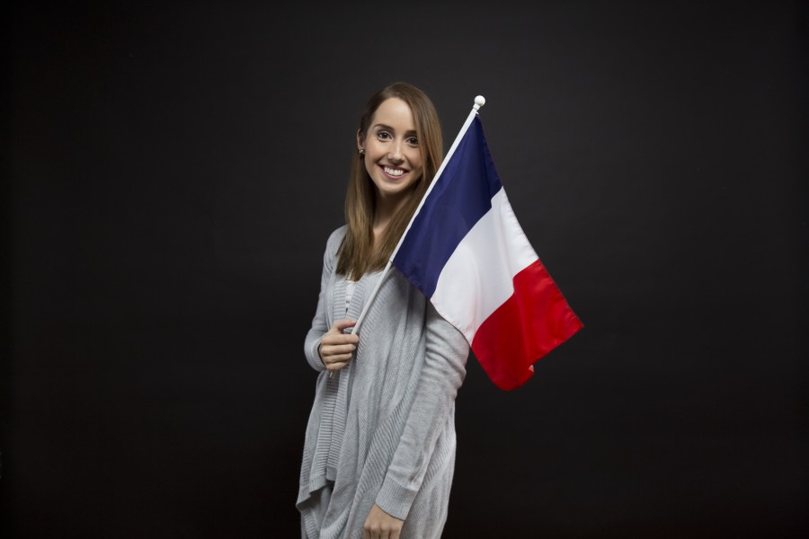 banderas, francés, francia, chica, mujer, sonrisa, retrato ,europea, joven, muchacha, sonriendo, feliz, nacionalidad, fondo negro, pais, simbolo, azul, rojo, blanco