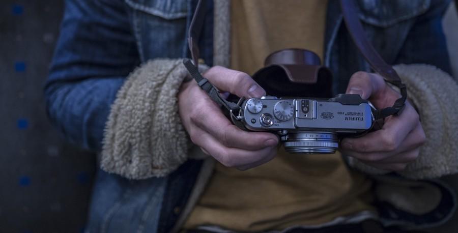 una persona, gente, hombre, camara, fotografia, fotografo, primer plano, sweater, marron, yashica, lente,