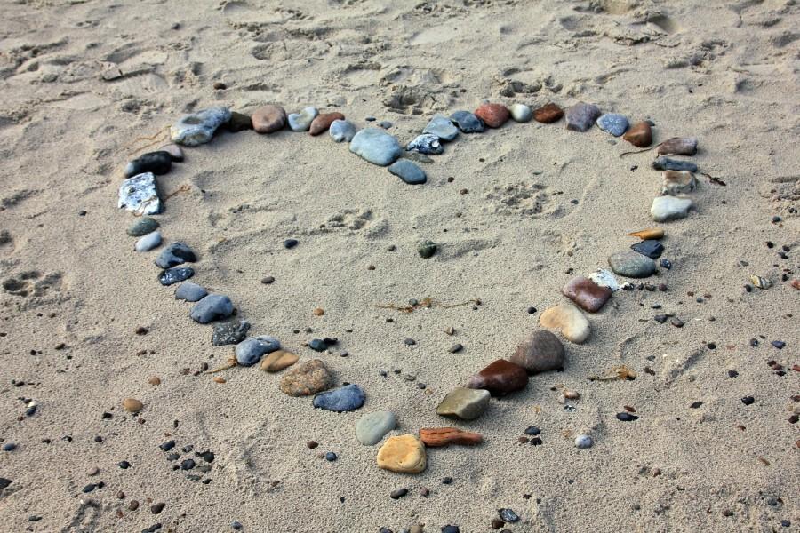 amor, enamorar, enamoramiento, enamorados, amar, amarse, corazón, rojo, fondo blanco, Imagen3s de amor, imagenes de amor, fondos de pantalla de amor, fondos de pantalla de corazon, corazones, playa, arena, piedras, formas, simbolos, piedras formando corazon, decoracion, dia de los enamorados, san valentin