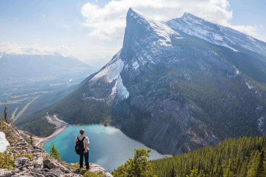 hombre, senderismo, cima, montaña, lago, paisaje, naturaleza, aventura, conquista, llegar, meta, exito, dia, vacaciones, viaje,