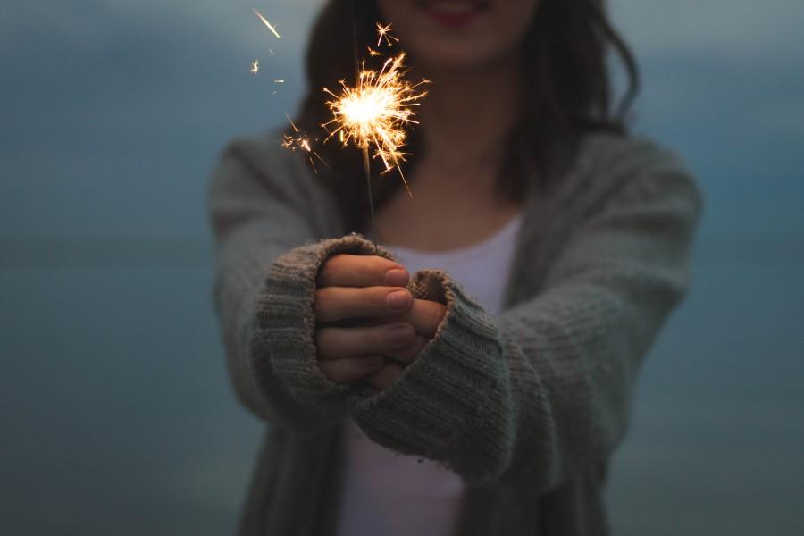 una persona, gente, mujer, pirotecnia, festejo, celebracion, vengala, luz, joven, concepto, luz, festejo, comienzo, feliz año, feliz año nuevo, año nuevo, feliz 2017, 2017