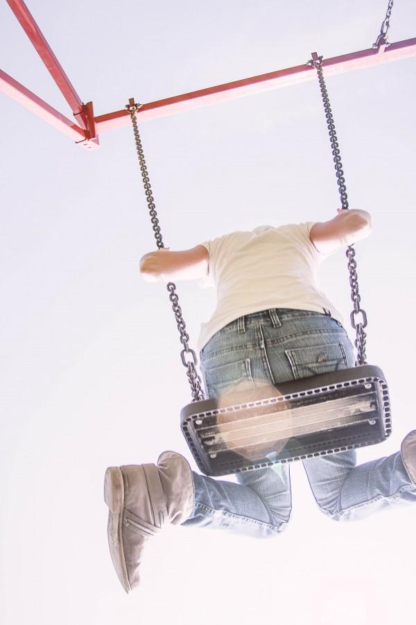 una persona, gente, mujer, bota, botas, columpio, diversion, alegria, verano, daytime, exterior, juego, jugar, vista de abajo,