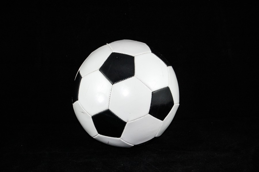 Pelota de futbol con fondo negro pelota, fondo negro, balon, futbol, blanco y negro, deporte, actividad fisica, quieto, imagenes gratis