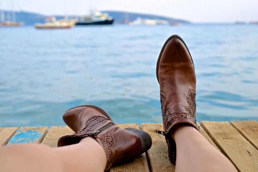 una persona, gente, mujer, zapatos, cuero, costa, vacaciones, viajar, viaje, aire libre, dia, exterior,