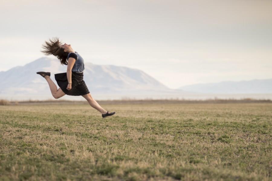 chica, saltando, feliz, sonriente, campo, rural, paisaje, hierba, montañas, mujer, gente, falda, felicidad, joven, una persona, gente, mujer, alegria, saltar,