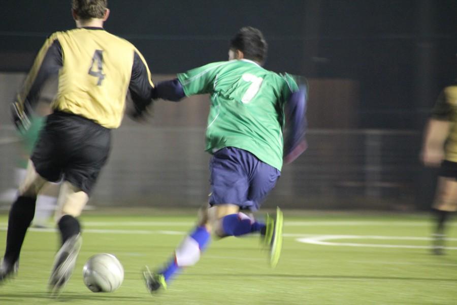 futbol, partido, juego, estadio, cancha, campo, pelea, balon, accion, dos personas, gente, hombre, joven, jovenes, hombres, adulto, rival, deporte, deportivo,