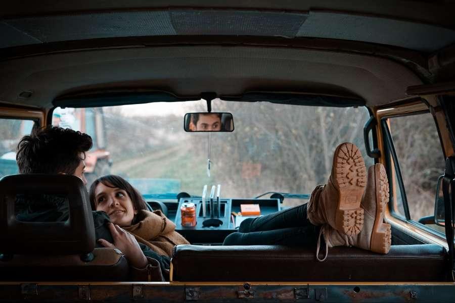 pareja, joven, abrazo, amor, auto, viaje, interior, recostado, invierno, carretera, ruta, vacaciones, enamorado,