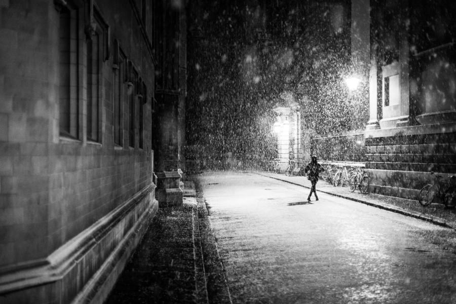 una persona, gente, mujer, blanco y negro, calle, urbano, dia, lluvia, exterior, nocturno, noche,