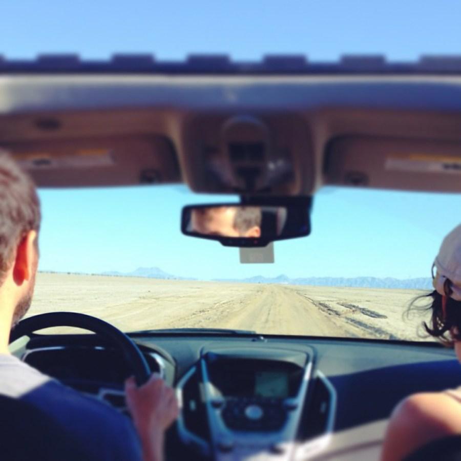 dos personas,pareja,hombre,mujer,amor,viaje,viajando,vacaciones,desierto,auto,coche,carro,interior,da,Conducir,conduciendo,manejando,manejar