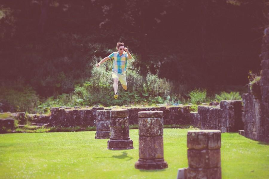 Celebracion, Moda, divertido, estilo, edificio, castillo, celebre, emocion, diversion, verde, feliz, alegria, salto, salto, salto, hombre, ruinas, ruina, salto, saltar, saltando, juventud, joven,