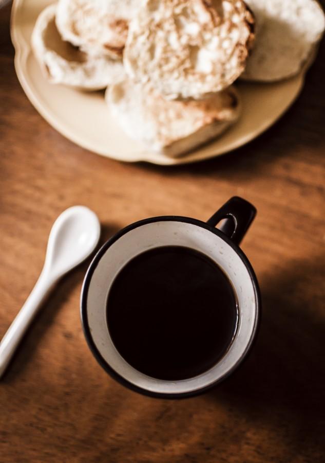 café, tostadas, plato, platillo, cuchara, taza, desayuno, mañana, comida, cafeína, negro, fuerte, pan, rodajas, mesa de madera, despertar, merienda