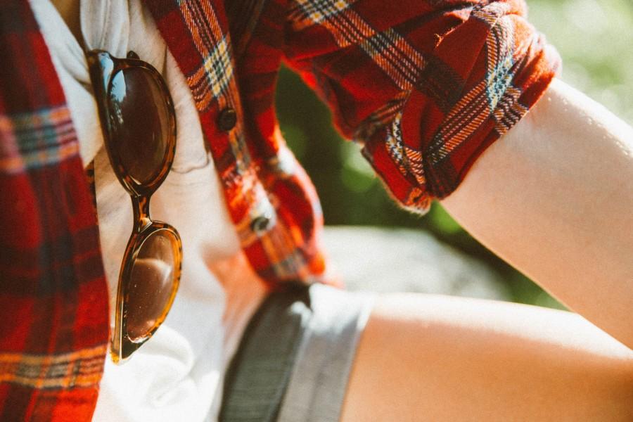 una persona, gente, mujer, camisa, verano, dia, moda, lentes de sol, gafas, primer plano,