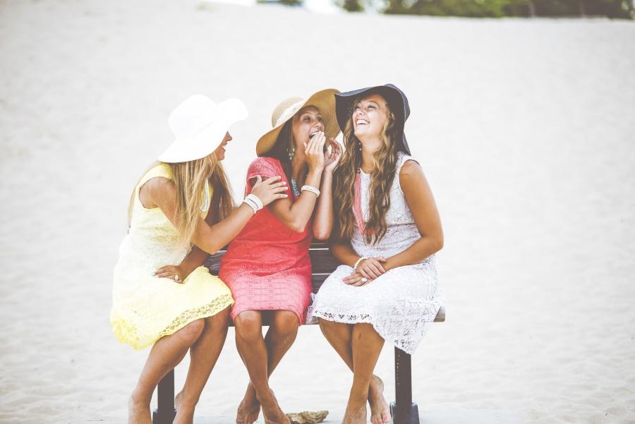 banco, la moda, amistad, diversión, niñas, la felicidad, feliz, ocio, al aire libre, personas, arena, verano, mujeres, amigas, jovenes, vestidos, sombreros, playa, look veraniego