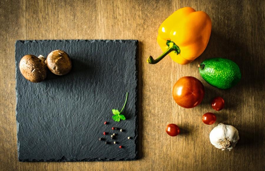 vegetales, vegetales y frutas, comidas y bebidas, cocina, cocinar, champiñones, morrón, perejil, granos de pimienta, tomates, tabla de picar, pimientos