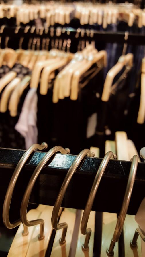 Vestimenta, Estar colgado, Ir de compras, Venta al por menor, Vestido, Colorido, Primer plano, Textil, Luz del sol, Pequeña empresa, Variación, Elección, Nadie, Aire libre, Color, Día, For Sale - Frase en inglés, Fotografía, Horizontal, Puesto de mercado, ropa, moda, boutique, barra, perchas, eleccion, colgador, femenino, rebajas, vestido, indumentaria, traje, ropaje, prenda, ajuar, vestuario, atuendo, remera, remeras, colores