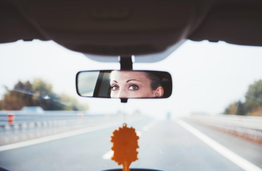 mujer, espejo, retrovisor, auto, coche, carro, interior, rostro, mirada, atras, carretera, camino, menejar, conducir, adulto, actividad, dia, aire libre, ciudad, viaje, viajar, ojos, una persona, concepto,