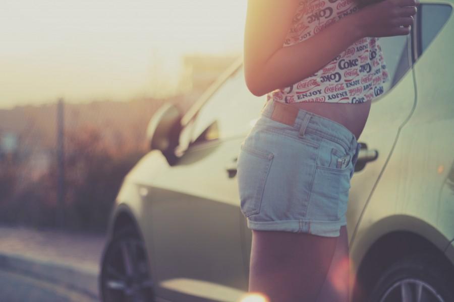 una persona, gente, mujer, joven, atardecer, auto, coche, carro, cool, moda, moderno, jean,